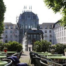 Schlossplatz und Mittelpavillon des Saarbrücker Schlosses - Bildtankstelle.de