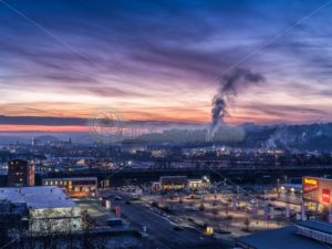 Saarbrücken am Morgen, klarer Wintertag, kurz vor Sonnenaufgang - Bildtankstelle.de