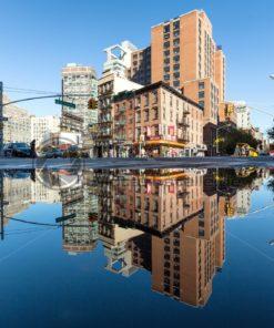 Reflektionen im Wasser, Broadway, New York, USA - Bildtankstelle.de