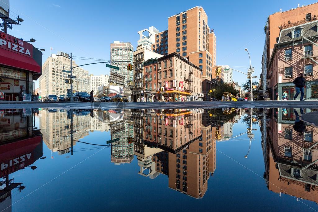 Reflektionen im Wasser, Broadway, New York, USA – Bildtankstelle.de