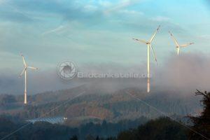 Windräder im Morgennebel, Nähe Ottweiler, Saarland - Bildtankstelle.de