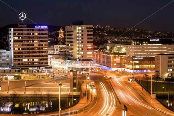 Blick auf Saarbrücken bei Nacht, Saarland – Bildtankstelle.de