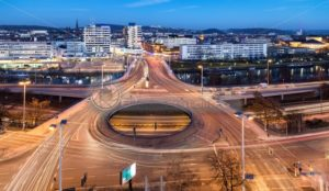 Blick auf die Innenstadt von Saarbrücken, Wilhelm-Heinrich-Brücke im Vordergrund - Bildtankstelle.de