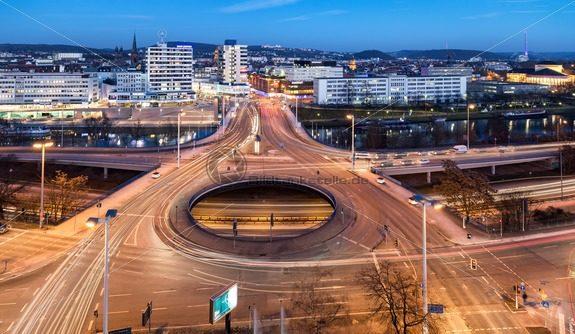 Blick auf die Innenstadt von Saarbrücken, Wilhelm-Heinrich-Brücke im Vordergrund – Bildtankstelle.de