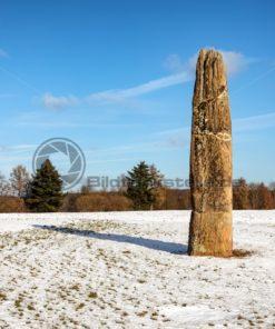 Der imposante Gollenstein auf einem verschneiten Feld, Blieskastel, Saarland - Bildtankstelle.de