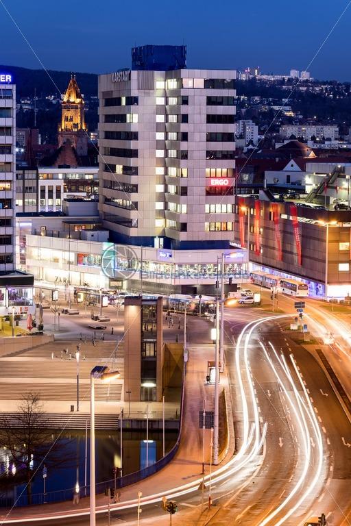 Saarbrücken bei Nacht, Blick auf die Innenstadt, Saarland – Bildtankstelle.de