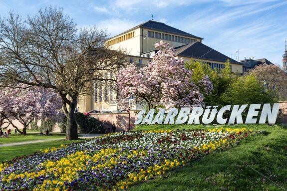 Blütenpracht am Staatstheater, Saarbrücken, Saarland – Bildtankstelle.de – Bilddatenbank für Foto-Motive aus SAAR-LOR-LUX