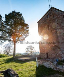 der alte Turm der Siersburg im Gegenlicht, Siersburg, Saarland - Bildtankstelle.de