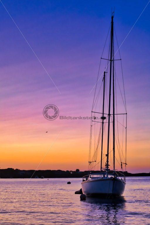 Segelboot bei Sonnenaufgang - Bildtankstelle.de