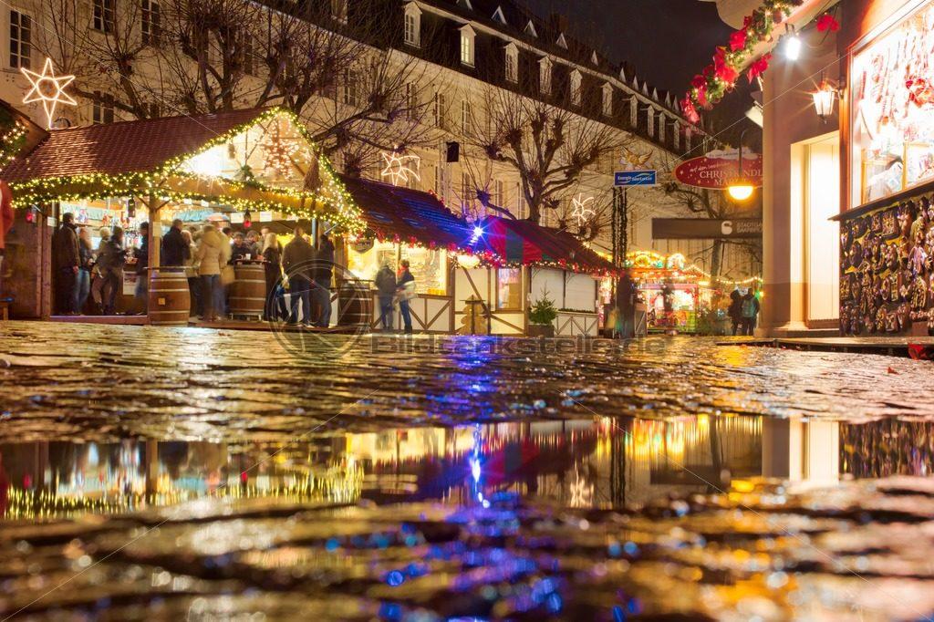 bunte Lichter auf dem Weihnachtsmarkt Saarbrücken, Saarland - Bildtankstelle.de