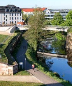 Brücke zur Vauban-Insel in Saarlouis, alte Saar im Vordergrund, Saarland - Bildtankstelle.de
