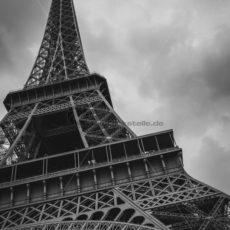 Eiffelturm Anschnitt in Schwarz-Weiß - Bildtankstelle.de
