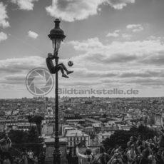 Fussballer über Paris - Bildtankstelle.de