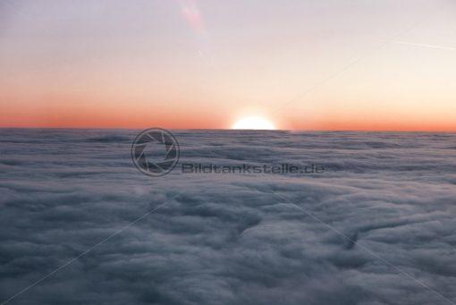 Sonnenaufgang über den Wolken - Bildtankstelle.de