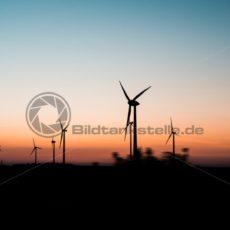 Windräder im Sonnenuntergang - Bildtankstelle.de