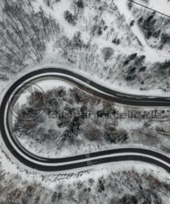 Straße im Winterwald - Bildtankstelle.de