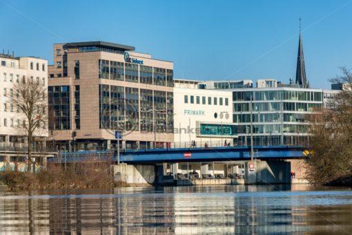 Blick auf die Luisenbrücke mit der IKK und Primark im Hintergrund, Saarbrücken, Saarland - Bildtankstelle.de