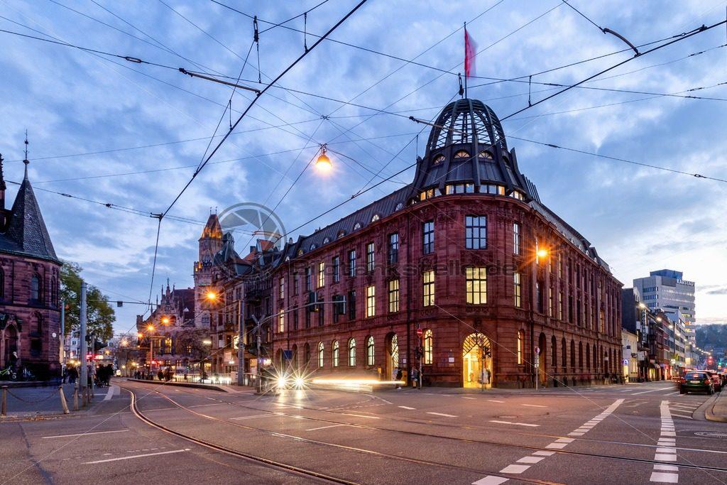 Saarbrücker Innenstadt am Abend, Filiale der Postbank in der Dudweilerstraße - Bildtankstelle.de