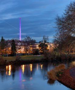 Blick auf den abendlichen Staden, die Saar im Vordergrund - Bildtankstelle.de